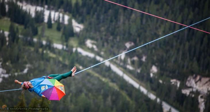 hombre haciendo equilibrio en una soga en los alpes