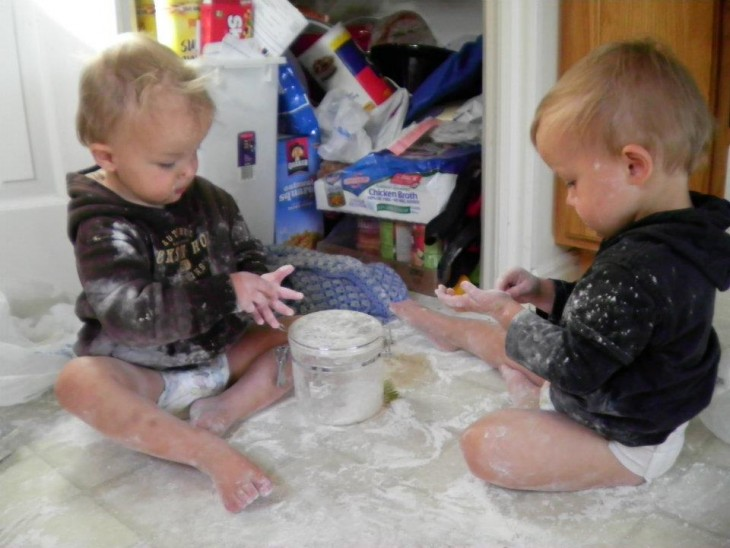gemelos haciendo travesura
