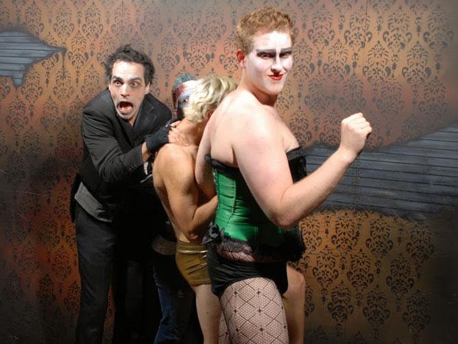 3 personas disfrazadas asustadas
