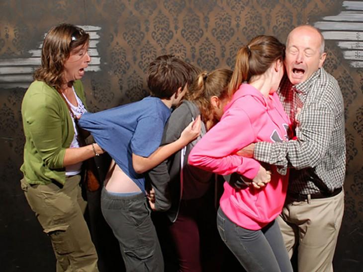una familia entera asustada
