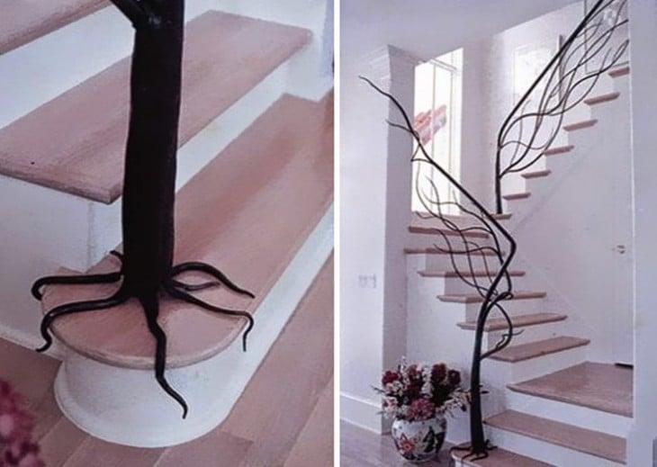 escalera cuya baranda es de arboles vivos