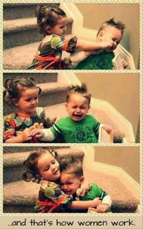 niña abrazando a su hermano