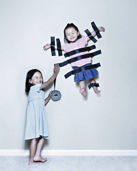 niña pegada a la pared