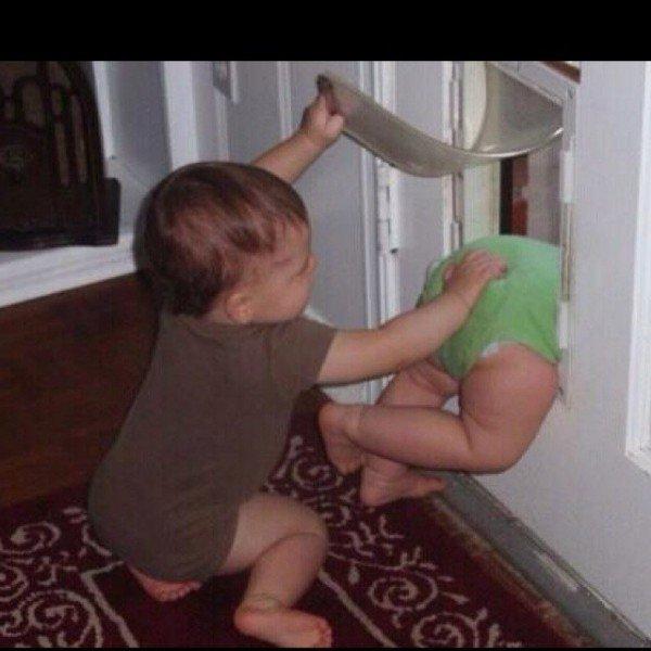 niño aventando por la puerta