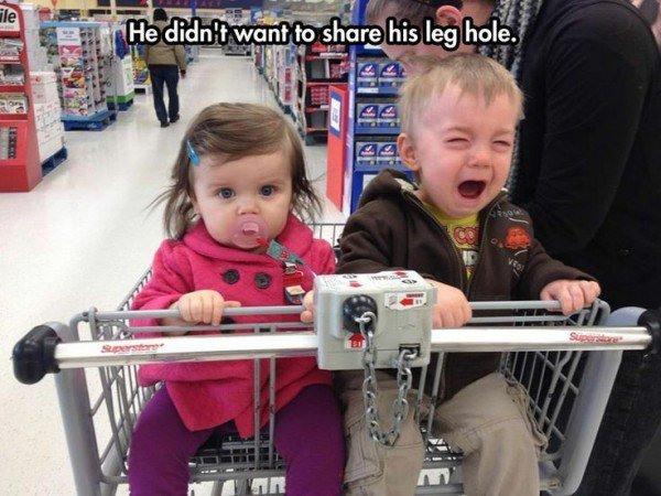niño llorando en el carrito del super