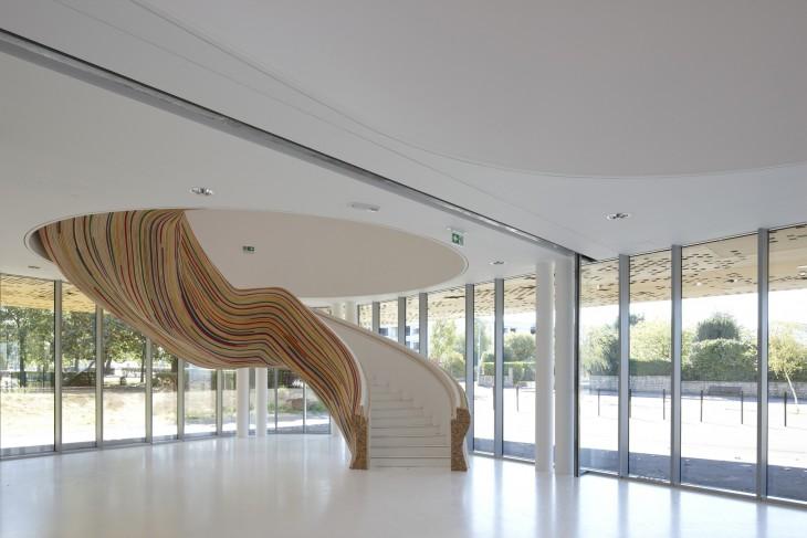 18. Escalera de madera rayada
