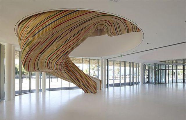 escalera de madera rayada