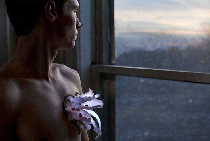 hombre con una flor en el pecho