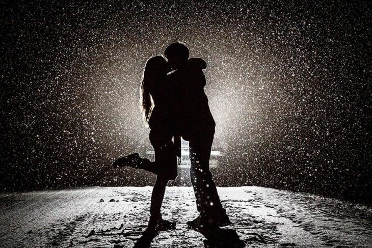 novios besandose en la lluvia