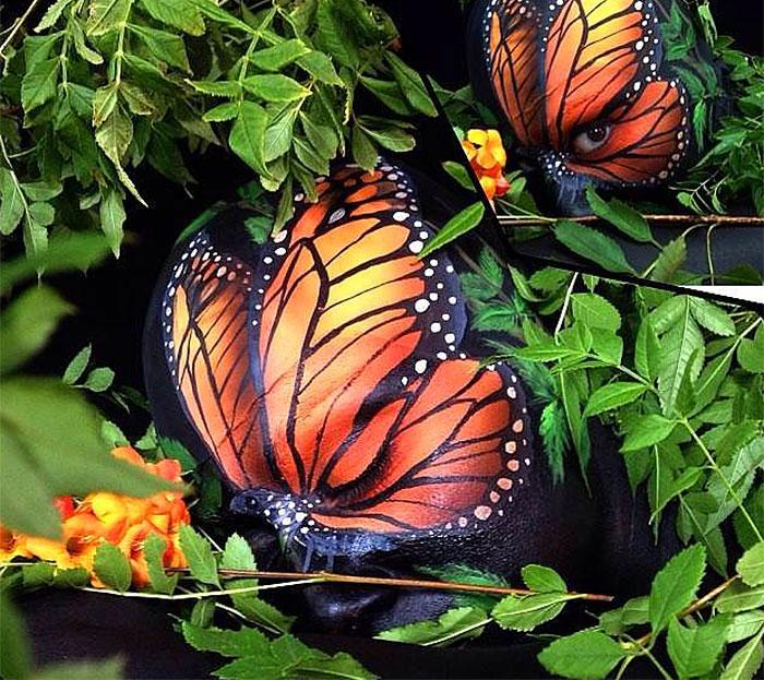 bodypaint de de dos mariposas naranjas