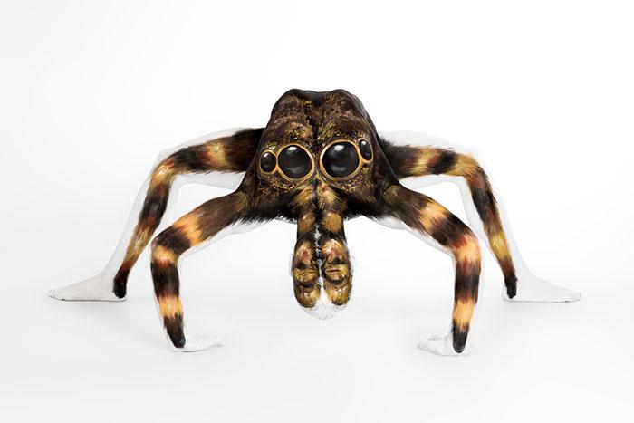 bodypaint de una arana marron