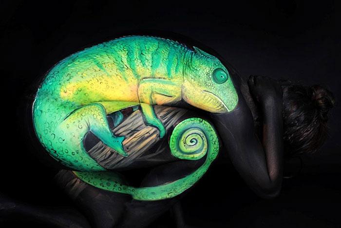 bodypaint de una iguana verde