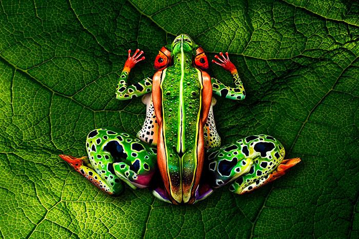 bodypaint de una rana verde roja