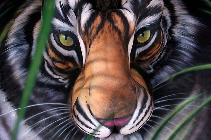 bodypaint de un tigre mirando