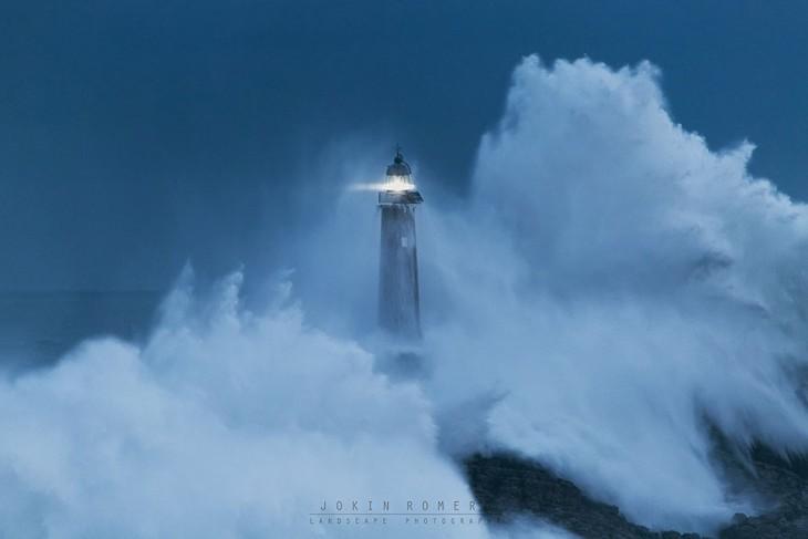 un faro en medio de una tormenta