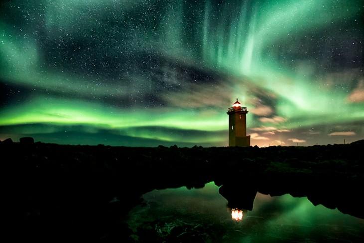 faro con un fondo de luces boreales