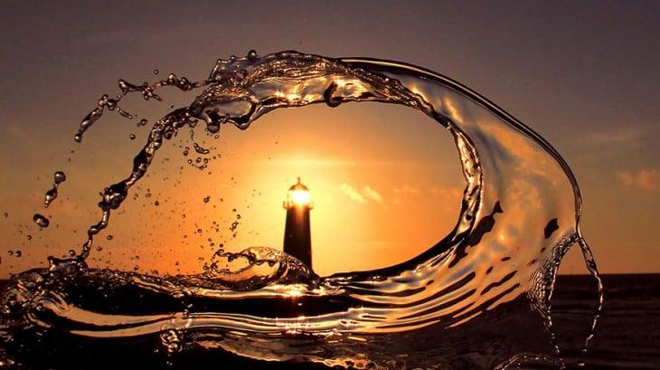 hermosa foto de faro en medio de una ola