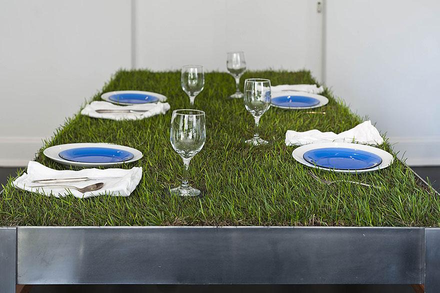 mesa con pasto y platos