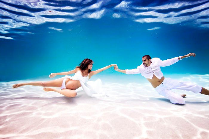 pareja de casado bajo el agua