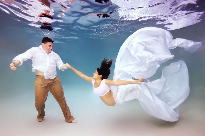 pareja de casados bajo el agua