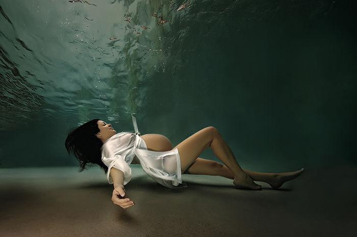 madre embarazada bajo el agua (2)