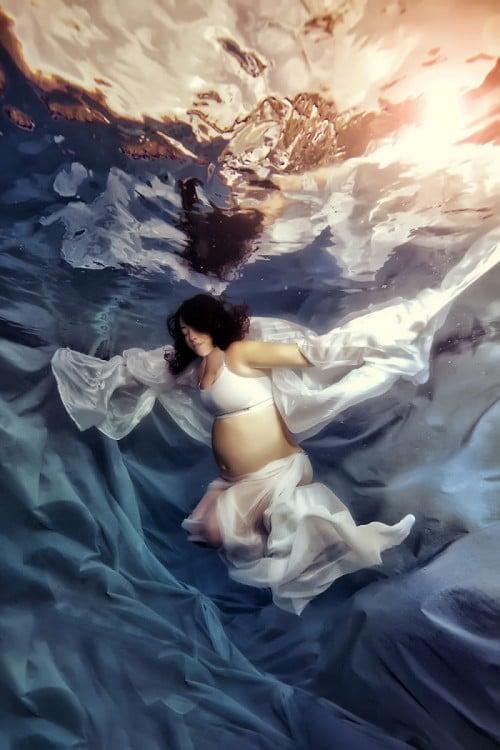 mujer embarazada bajo el agua de blanco