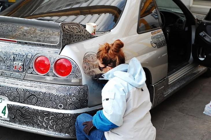 mujer pintado auto
