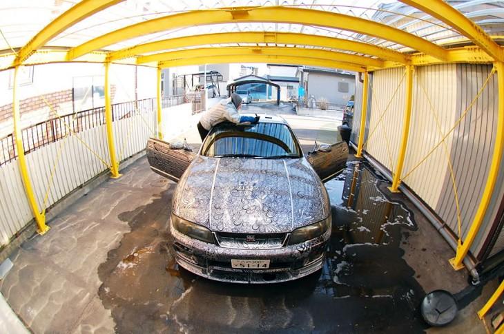 marido deja a mujer pintar su auto