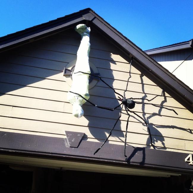 una momia colgando del techo de una casa