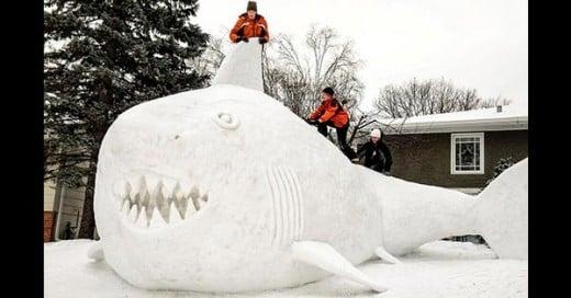 enormes monos de nieve