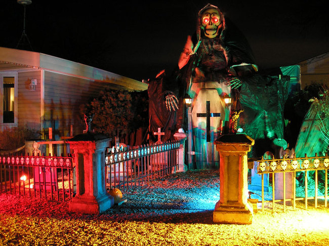 casa iluminada con figura de la muerte