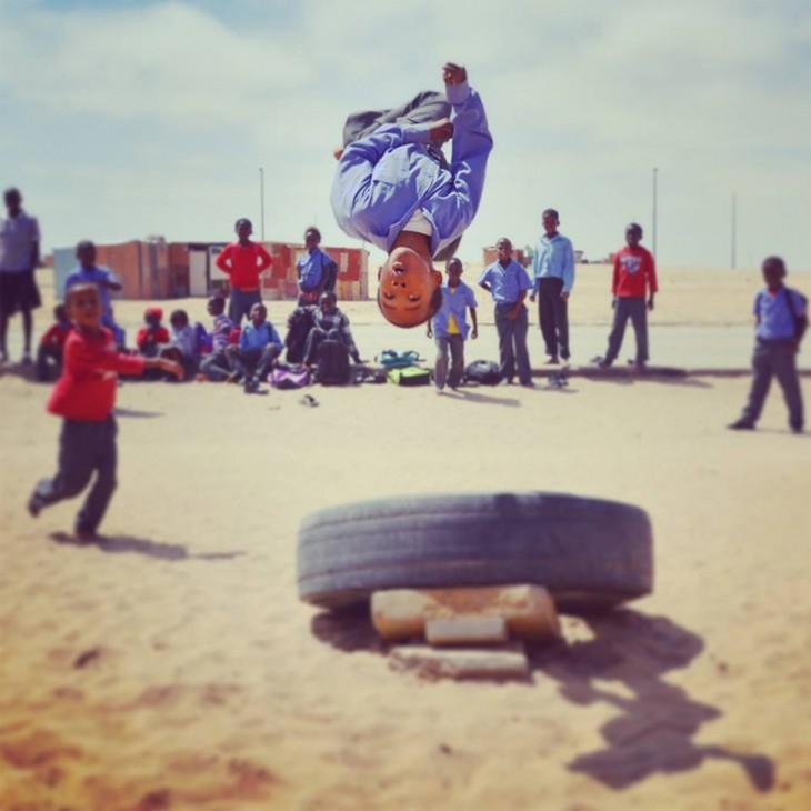 niños acrobatas en namibia