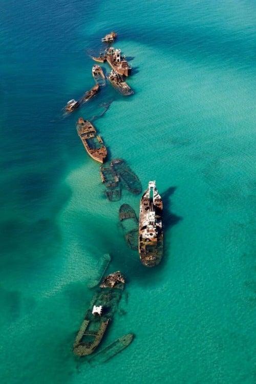 barcos hundidos en agua cristalina