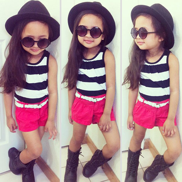 niña con sombrero y blusa rayada