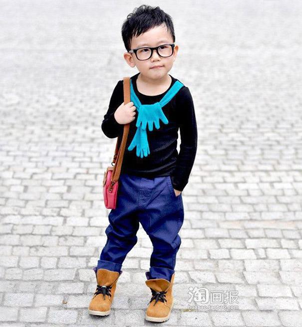 niño con botas y bolsa