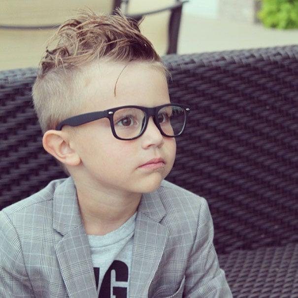 niño con lentes hipster