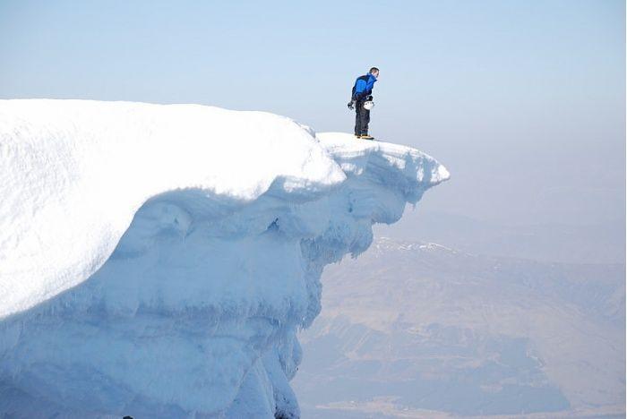 parado en la punta de hielo