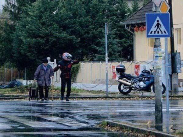 motociclista ayuda anciana