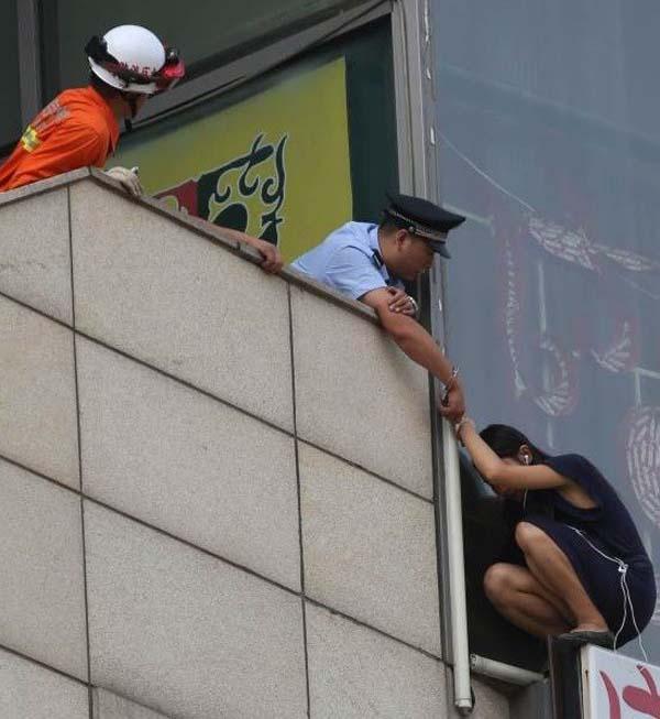 policia evitando suicidio