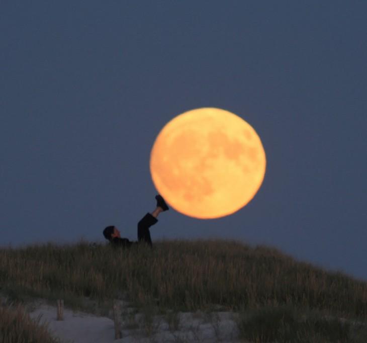 aventando la luna con los pies
