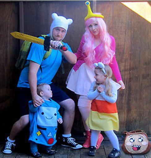 familia disfrazada de personajes de videojuegos