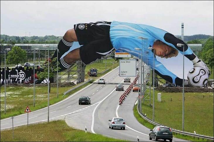 arquero enorme atajando sobre una carretera de adidas