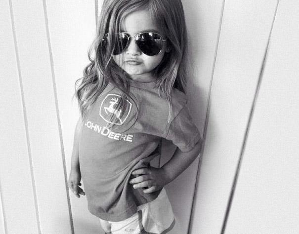 niña modelando ropa deportiva