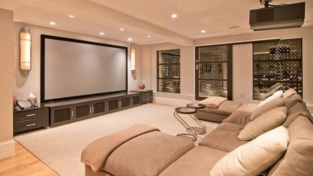 habitación con pantalla gigante