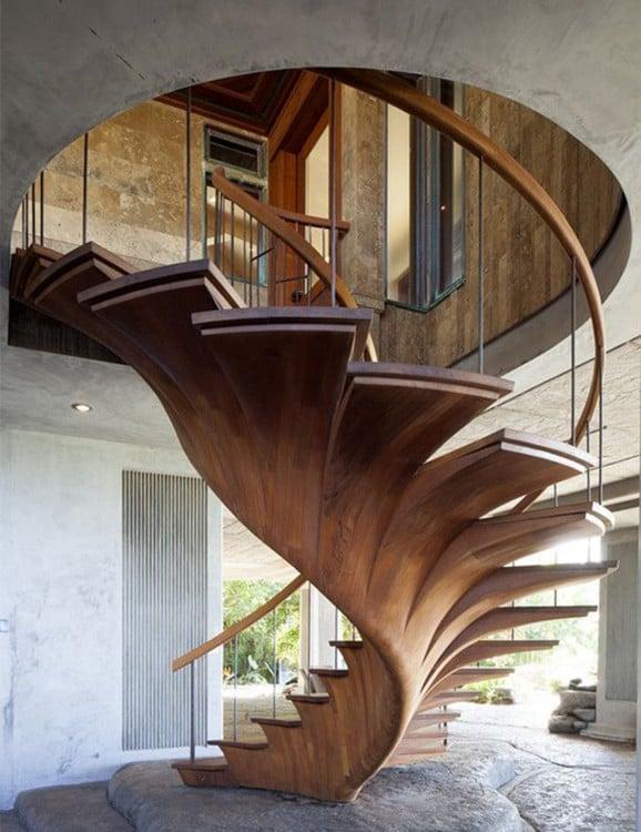 escalera hecha de un árbol entero