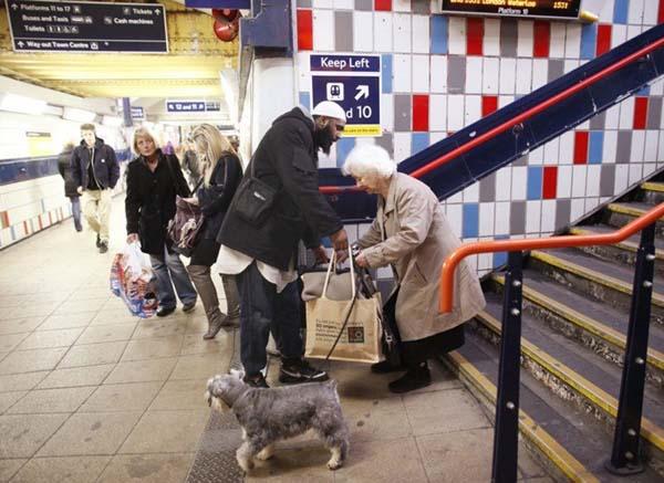 señor ayudando a viejita