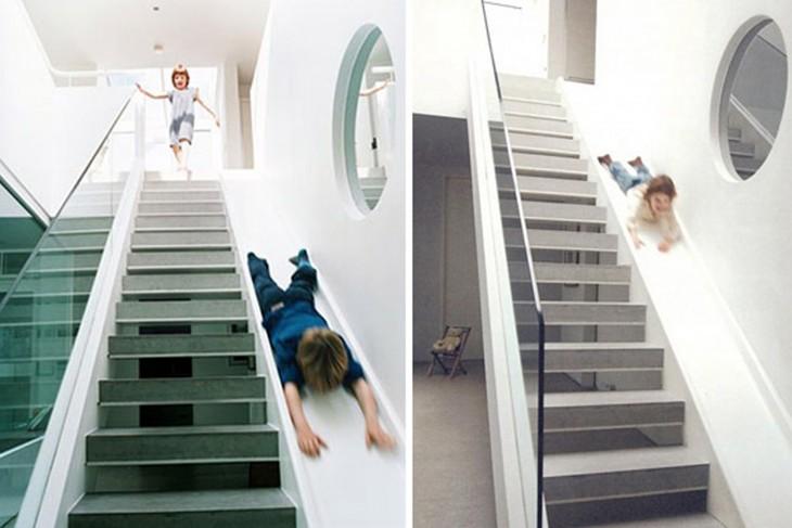 niños jugando en escalera de la casa, con tobogan para bajar