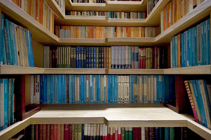 escalera que hace las veces de biblioteca