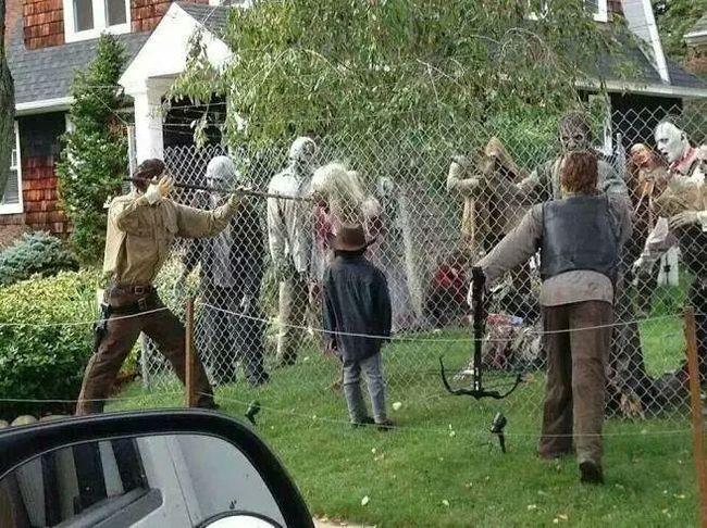 jardin plagado de figuras en forma de zombies
