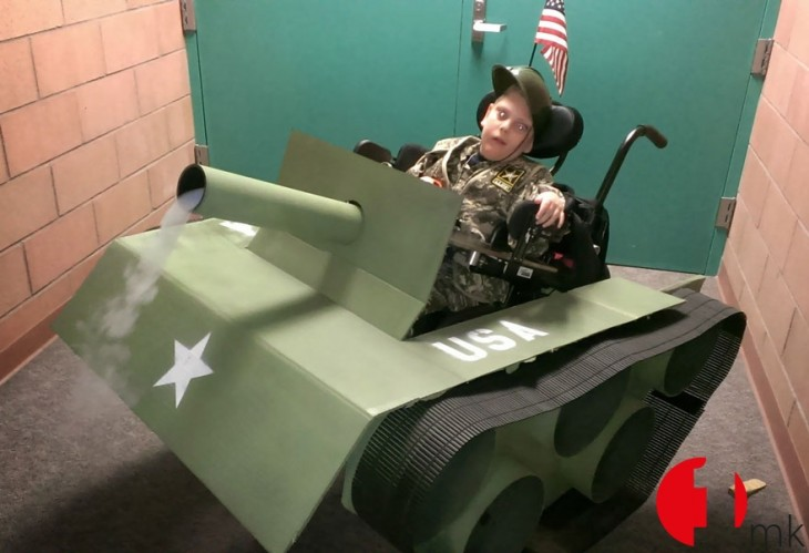 silla de ruedas transformada en tanque de guerra